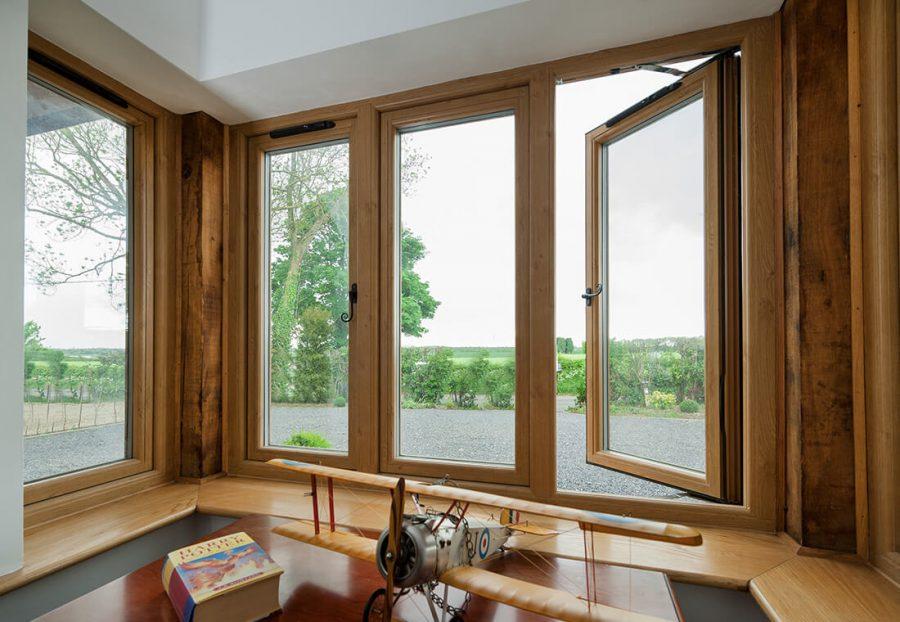 Достоинства деревянных окон со стеклопакетами