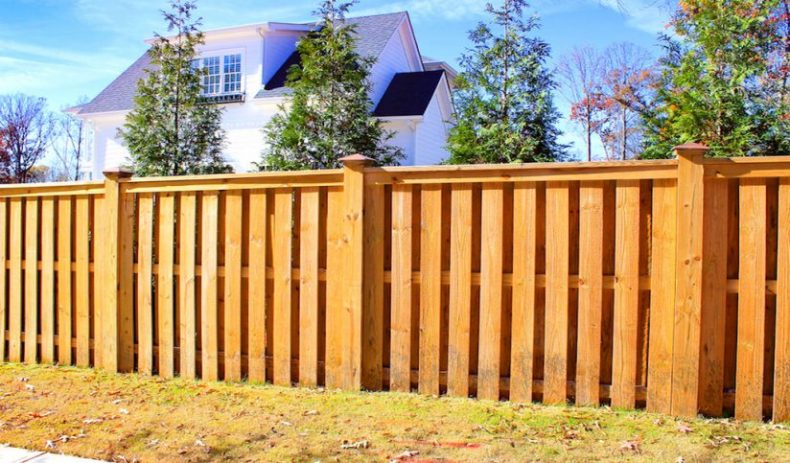 Заборы из дерева – практично, красиво или удобно