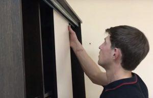Устанавливается-дверь-шкафа-1024x656